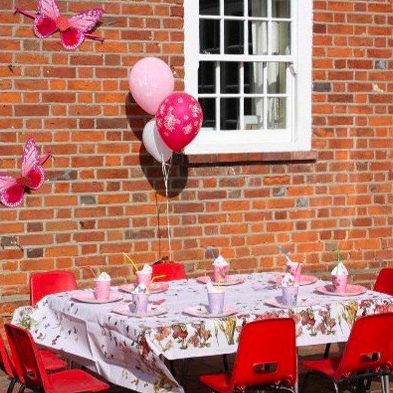 Nappe fée dressée sur une table décoration assortie
